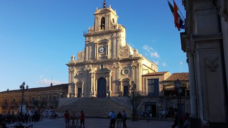 La piazza del Popolo e la chiesa di San Sebastiano visibili per isola pedonale