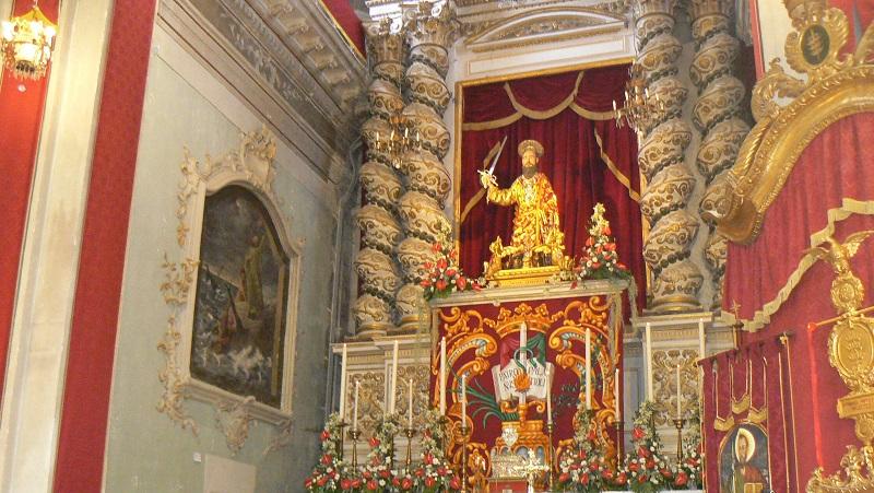 La statua di San Paolo che esce durante la festa a Palazzolo