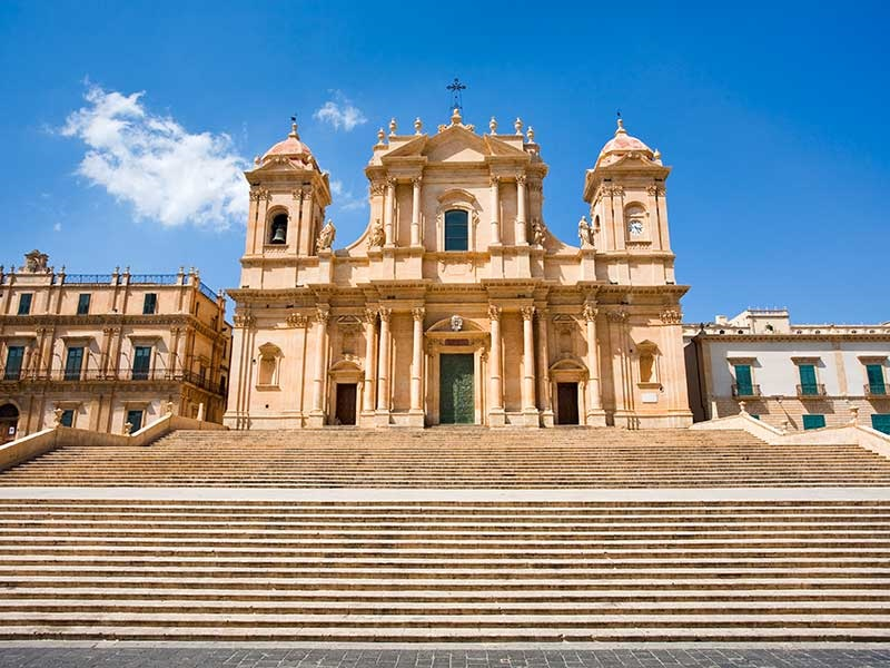 La Cattedrale Di Noto, e la sua curia dove operò il vescovo monsignor Giovanni Blandini