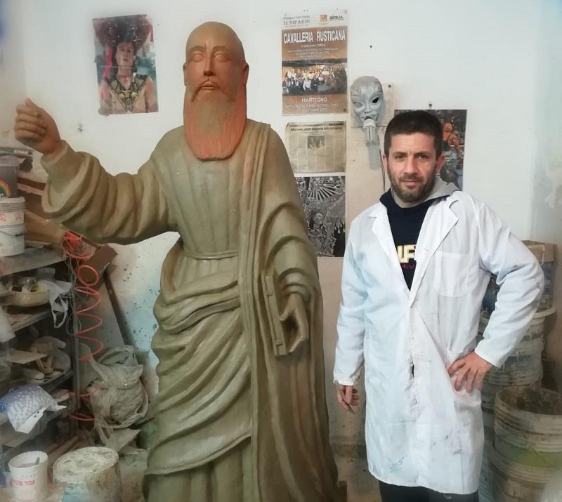 Sebastiano Leone durante la lavorazione della statua di San Paolo