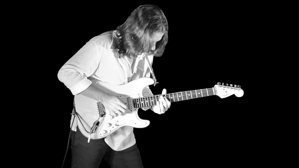 Antonello Giliberto mentre suona la sua chitarra