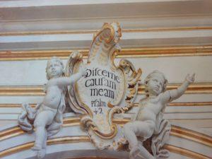 Putti di una colonna della chiesa di san sebastiano. stucchi, foto Ugo Santoro