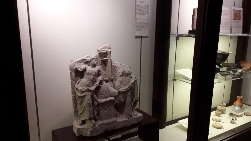 Busto di Apollo e Artemide tra i reperti di archeologia esposti al museo