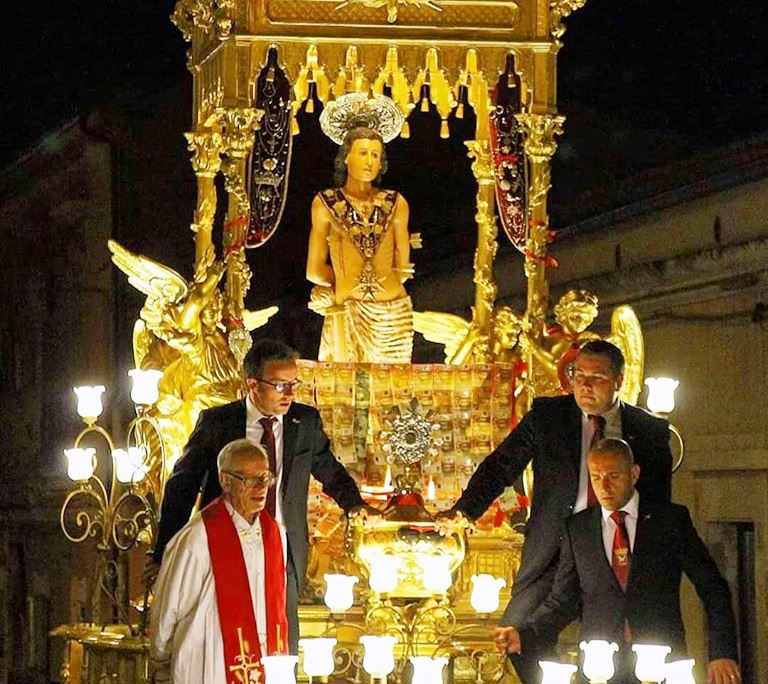 Don Angelo Caligiore durante la processione di San Sebastiano
