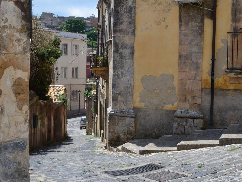 Contrade: Via Ebraida verso piazza Giovanni Nigro (oggi)