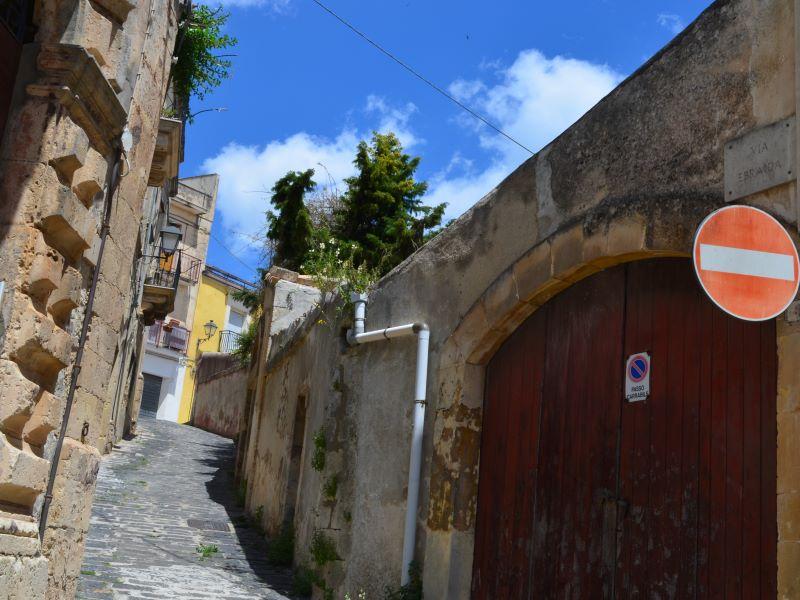 Contrade: Via Ebraida, vista da piazza Giovanni Nigro