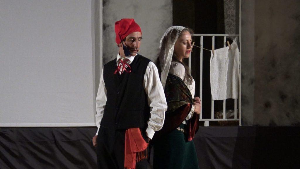 Due attori di Arte fatti che portano un omaggio a Pirandello