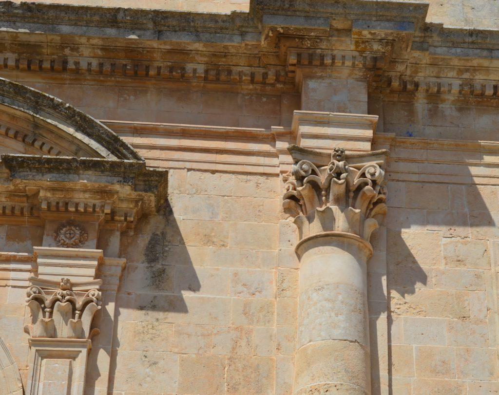 Architetture della Val di Noto: Chiesa di San Michele. particolare colonna