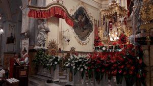 La statua di San Sebastiano tra la gente