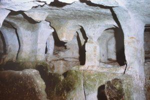 Le catacombe -zona archeologica di Akrai (foto santoro Ugo)