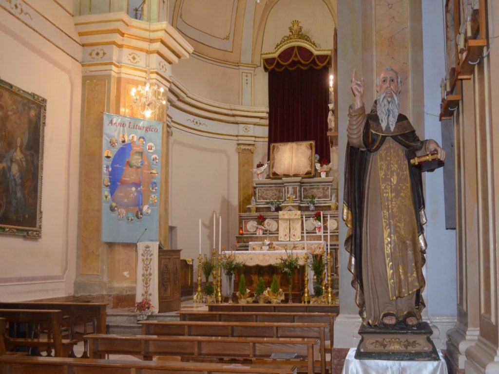 Sant'Antonio Abate la statua venerata: chiesa omonima Interno