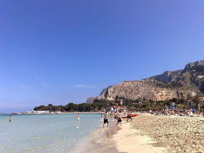 Visitare Palermo; la spiaggia di Mondello è sicuramente una delle migliori attrattive.