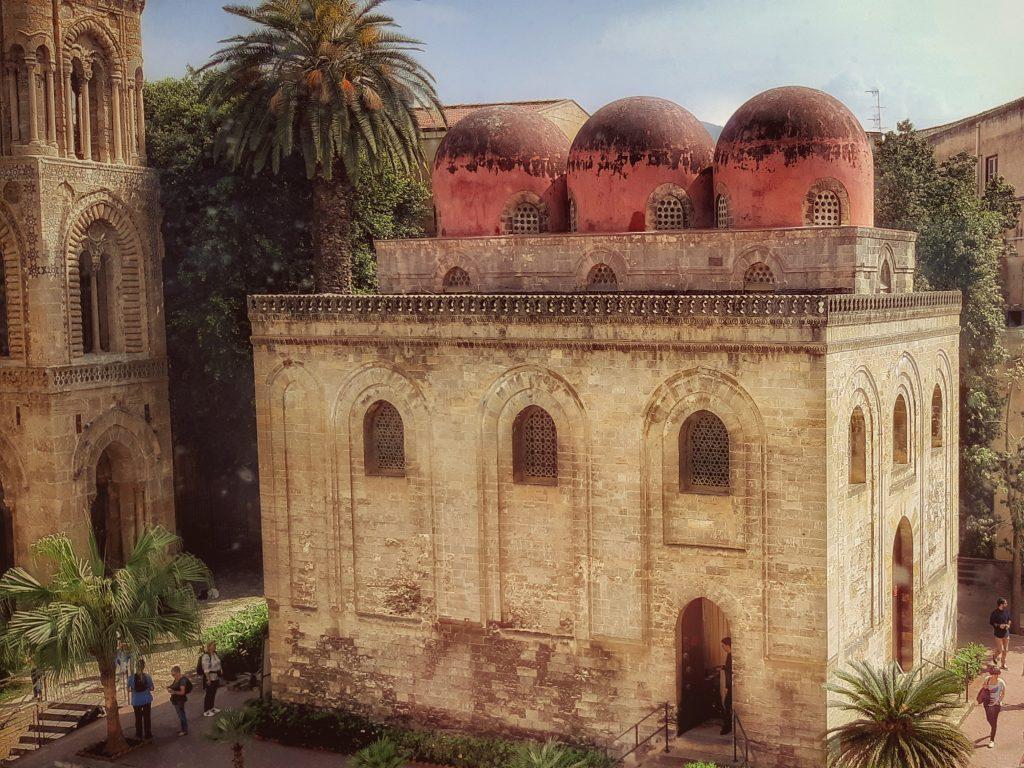 Skyline palermitano: rosso per le cupole di San Cataldo