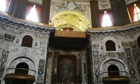 l'altare della chiesa del santissimo salvatore avvolto nel suo splendore decorativo