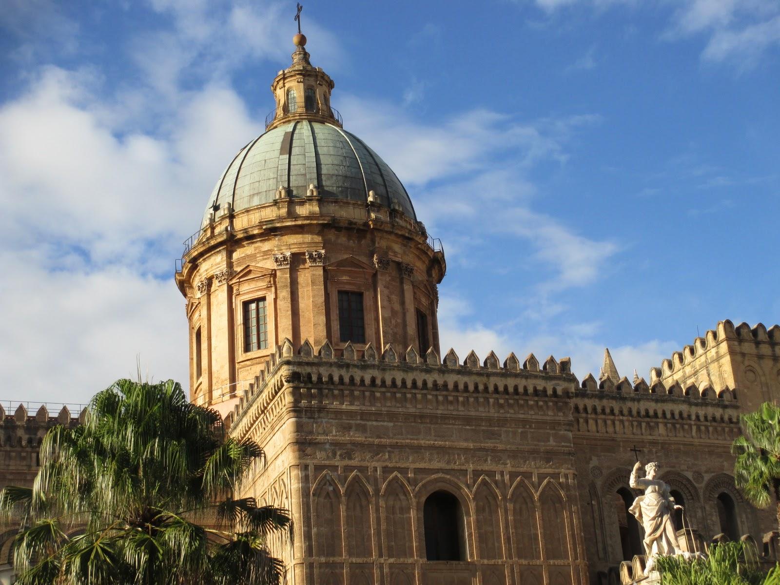 Skyline palermitano: cupola neoclassica su architettura arabo normanna