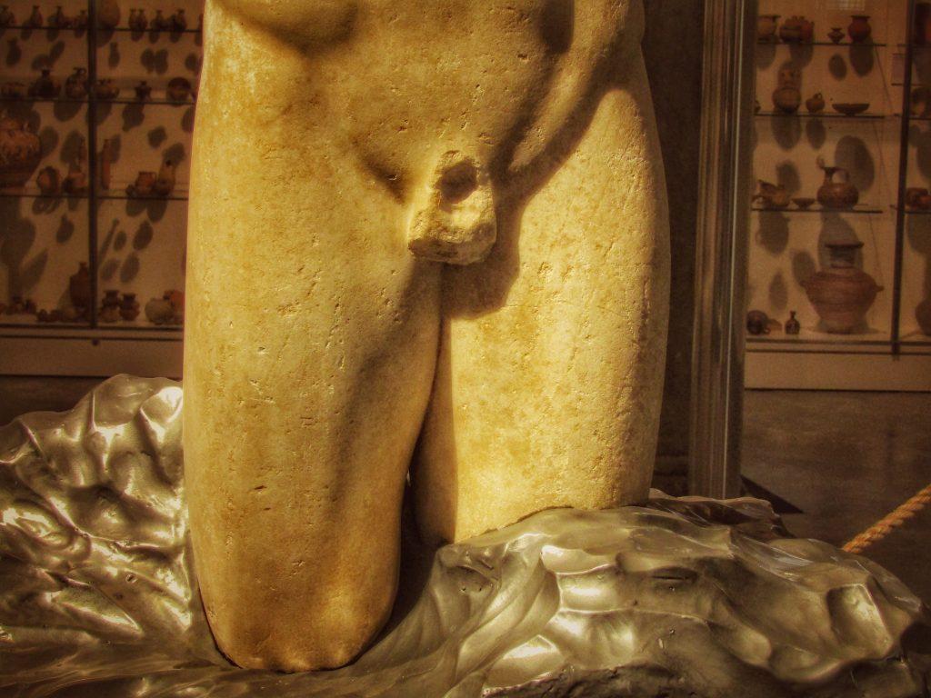 Kouros ritrovato: il sostegno in marmo