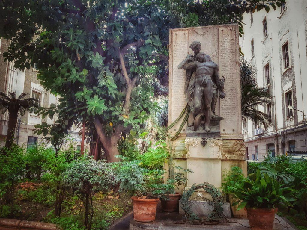 Omaggio ai Caduti: monumento preso il Palazzo delle Ferrovie, via Roma