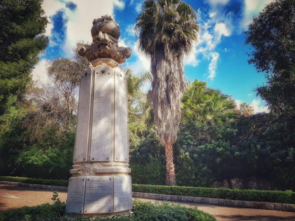 Omaggio ai Caduti: monumento presso il Giardino inglese