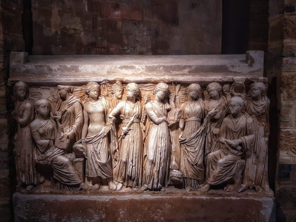 Tesori della Cattedrale: la maestosa urna in marmo di Paros
