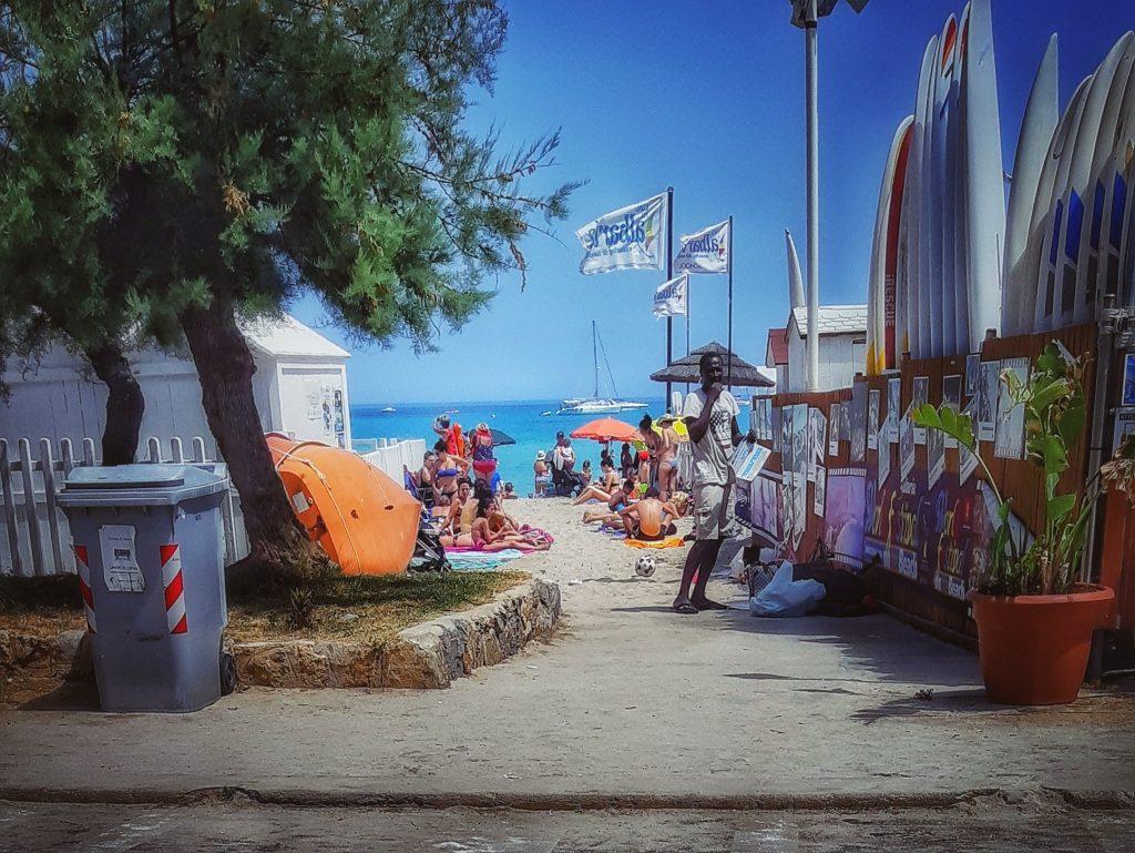 Mondello d'estate: varchi d'accesso affollati