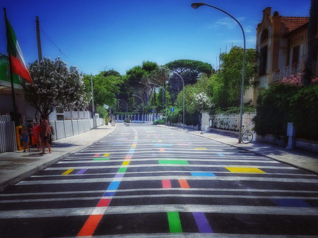 Mondello in estate: colori sull'asfalto per l'isola pedonale