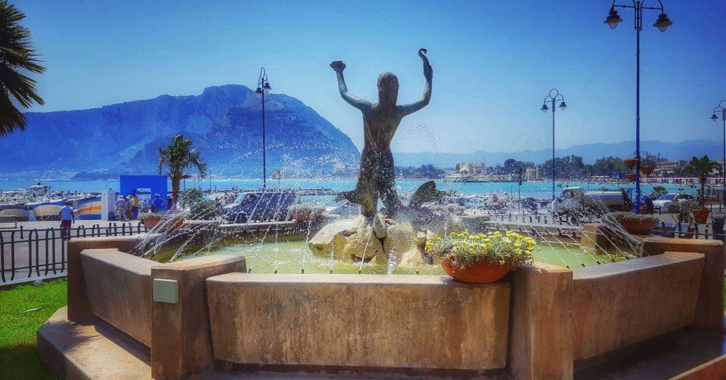 Mondello in estate: la piazza principale della borgata