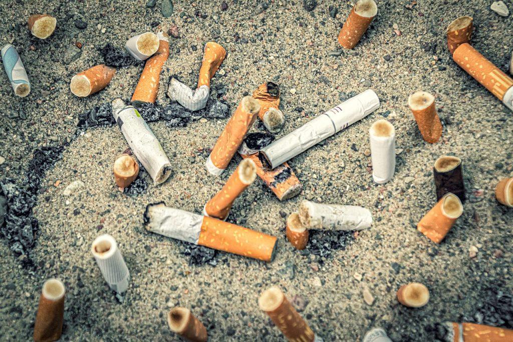 Sigarette gettate in spiaggia
