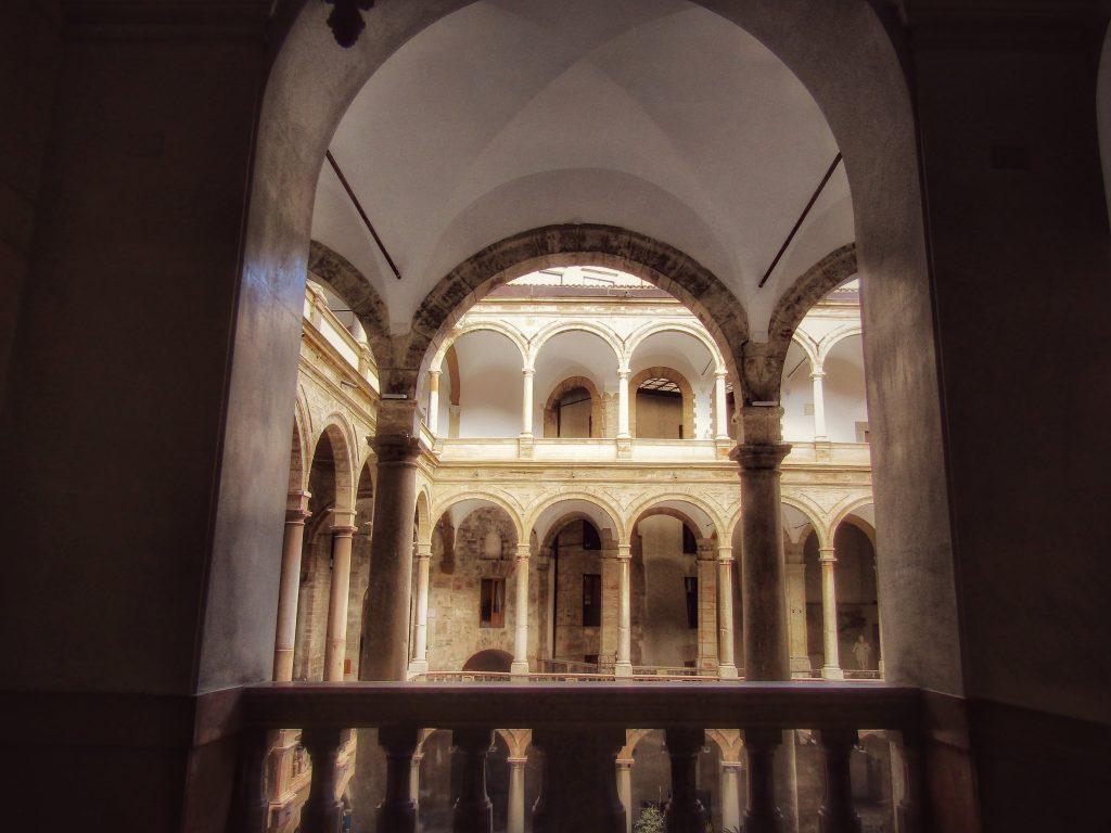 Palazzo dei Normanni: le logge attorno al cortile Maqueda
