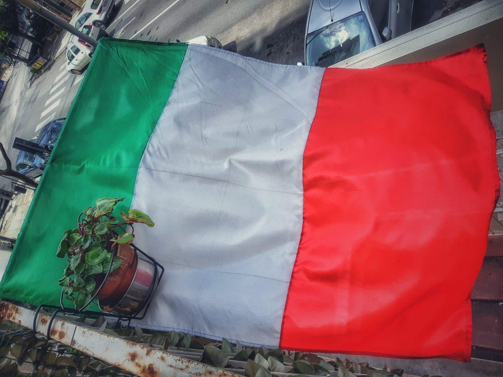 Bufale da virus: il tricolore esporto per sostenere l'Italia che lotta