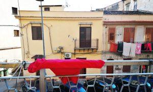 Violenza sulle donne, drappo fucsia a Borgo Vecchio (Facebook, Non una di Meno)