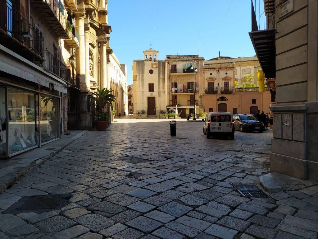 piazza Sant'Anna vuota
