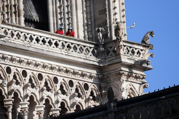 vigili del fuoco con casco che perlustrano la chiesa