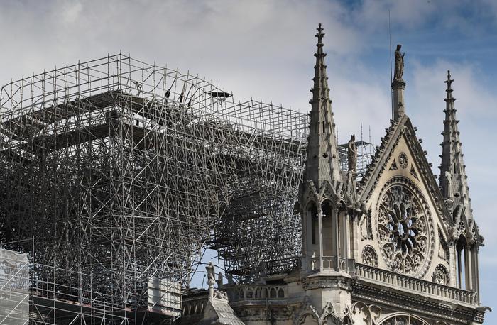 scheletro bruciato della cattedrale di notre dame