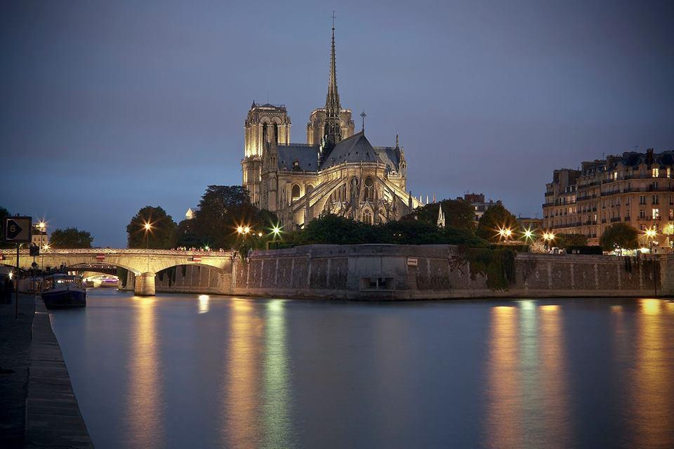 immagine serale della cattedrale illuminata