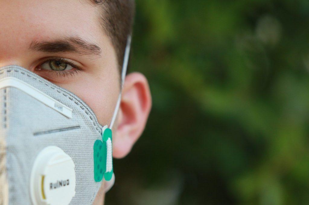Covid-19 - Un ragazzo che indossa una mascherina antivirus