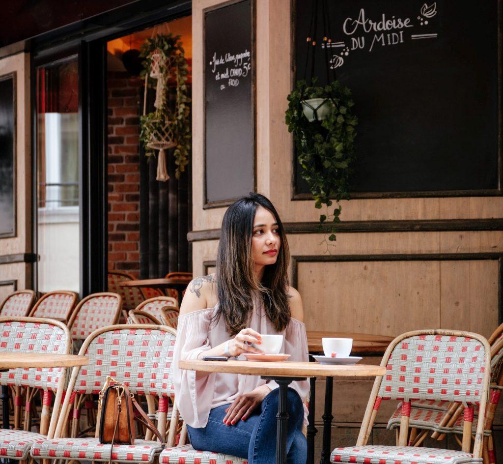 Parigi - Ragazza seduta in un Bar