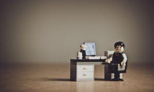 Micro-entreprise - omino Lego alla scrivania