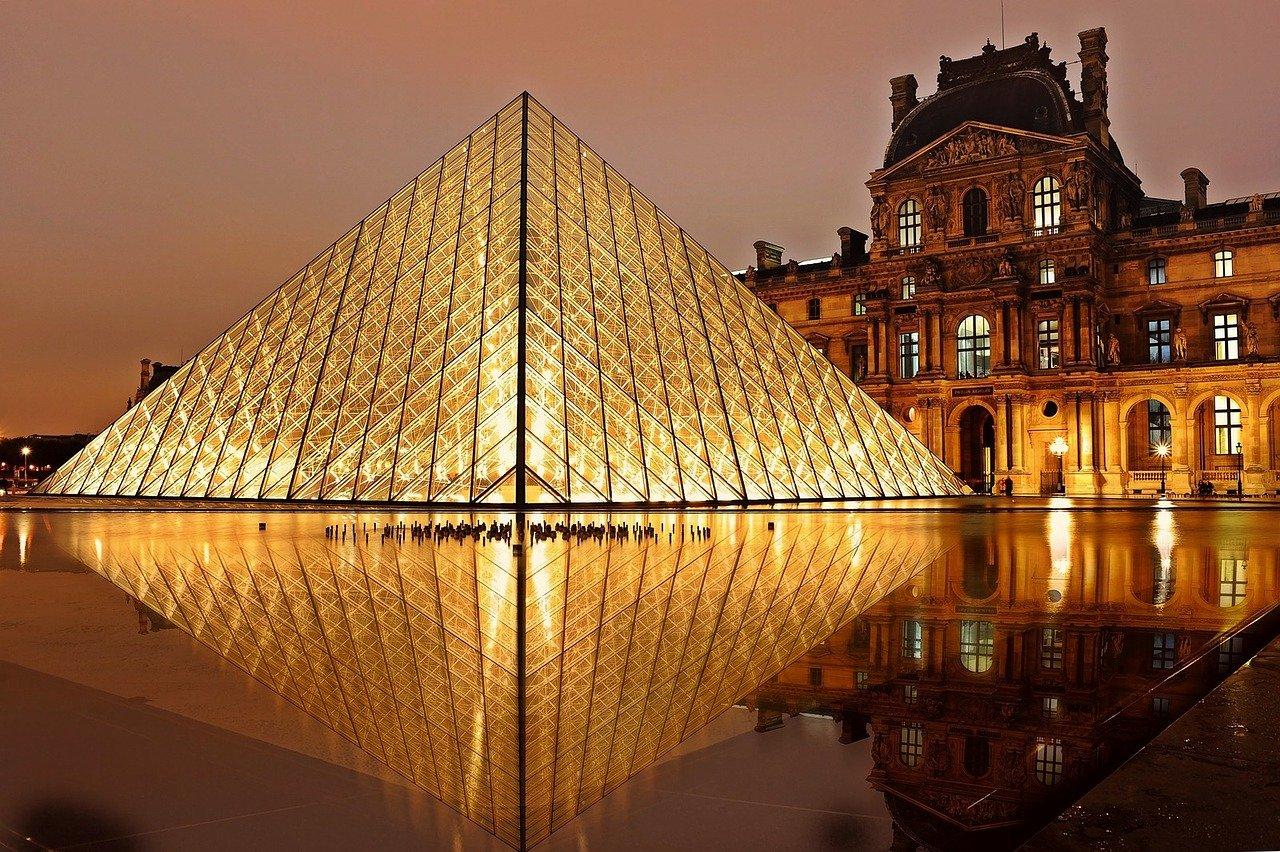Lockdown In Francia Louvre Deserto