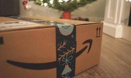 Noël sans Amazon - pacco Amazon sotto l'albero di natale