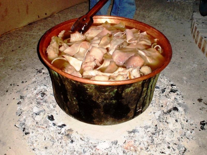 Frittole, foto di una pentola in rame con le frittole
