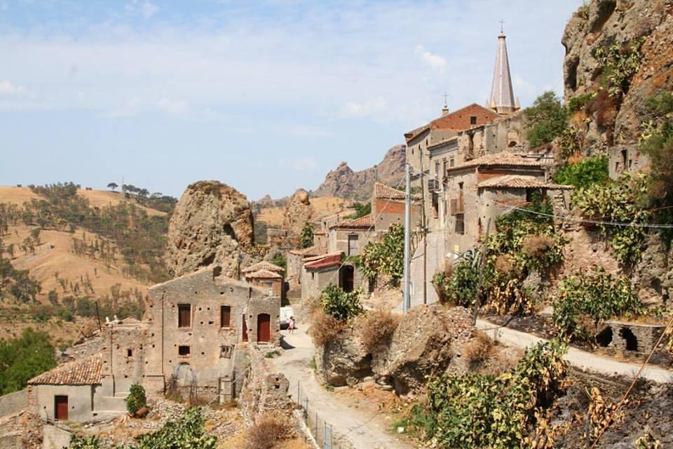 strade all'interno del Borgo con casette in pietra