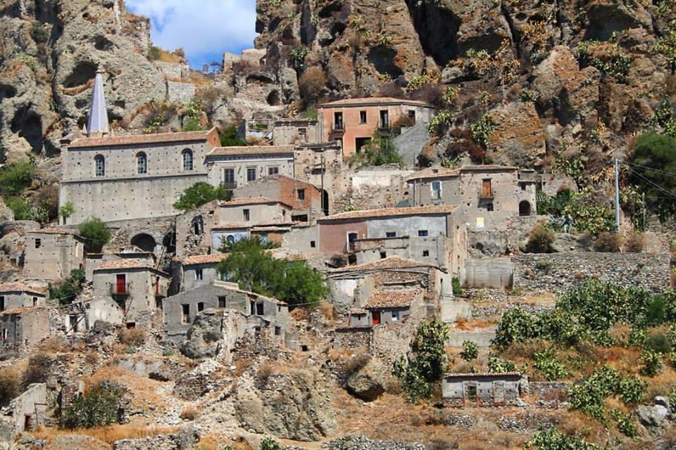 veduta del Borgo Antico con montagne sullo sfondo
