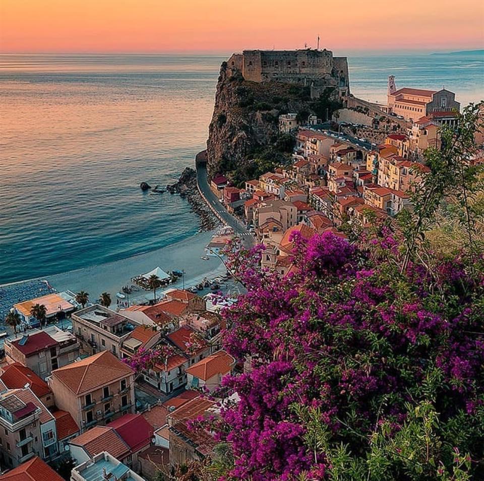 Chianalea Il Castello dei principi Ruffo di Calabria sulla rocca di Scilla
