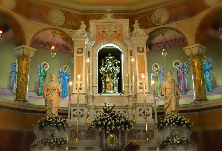 l'altare maggiore della basilica di seminara che custodisce la madonna nera