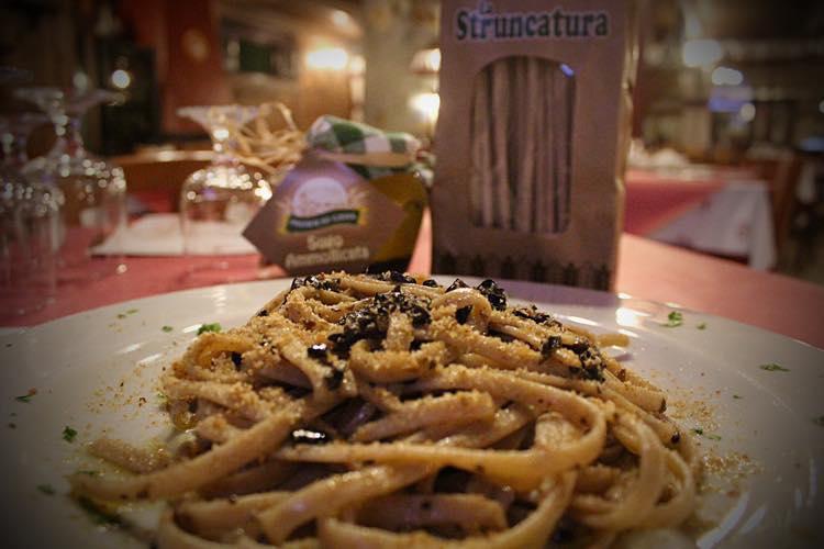Stroncatura preparata con mollica e olive nere