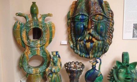 Alcuni Pezzi Di Ceramica In Mostra
