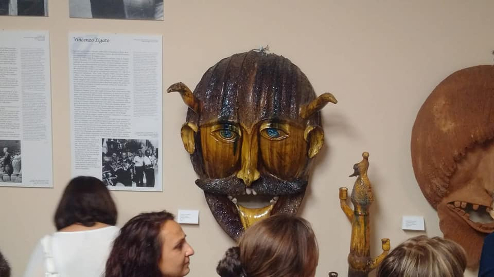 Visitatori Del Museo E Maschera Apotropaica