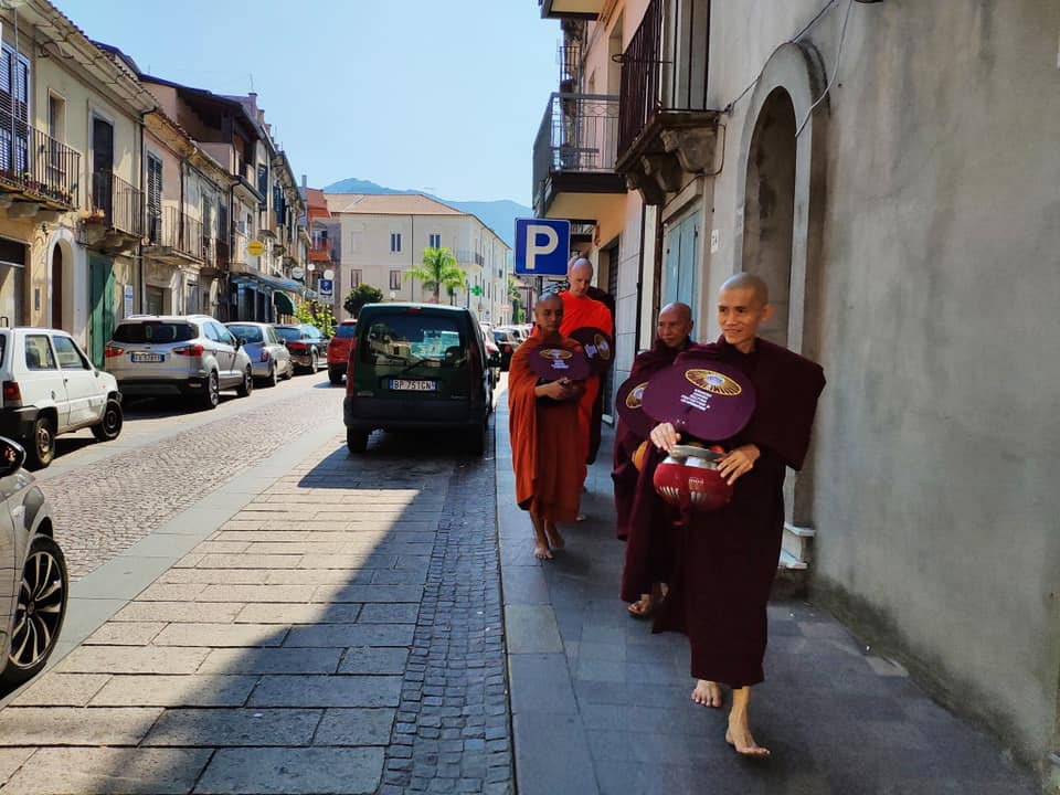 Buddhismo e Monaci Per Le Vie