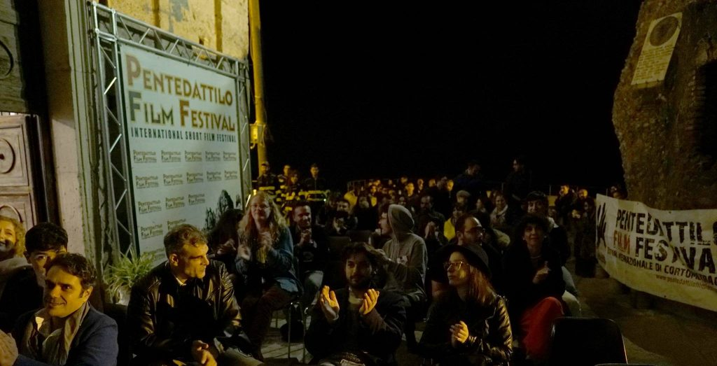 Pubblico Applaude A Una Proiezione al Pentedattilo film festival