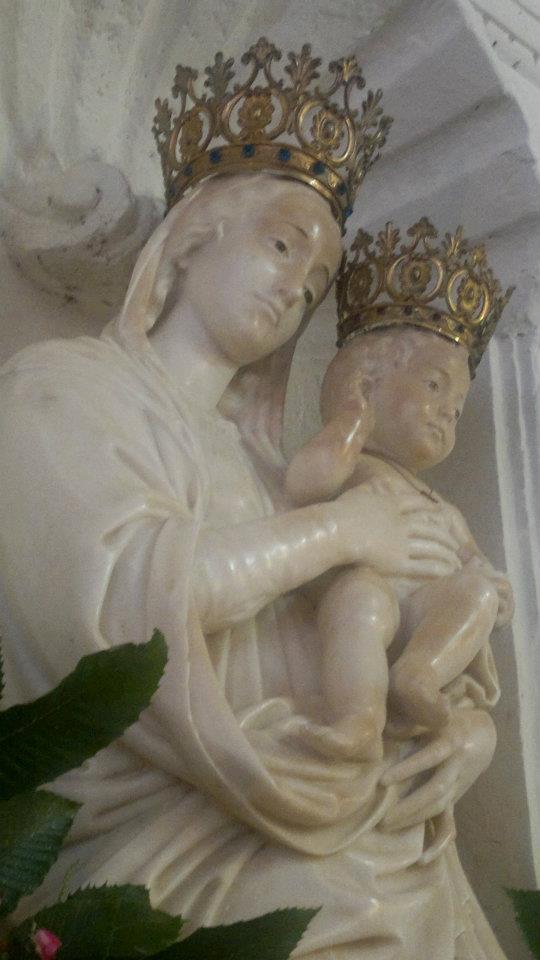 La Madonna Dell'alica con il Bambino in braccio e la corona in testa